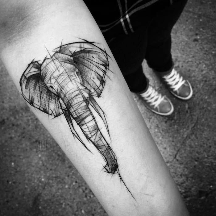 tatuaje en el antebrazo con elefante, bonitos diseños de tatuajes de animales, tatuaje elefante esbozado en el antebrazo