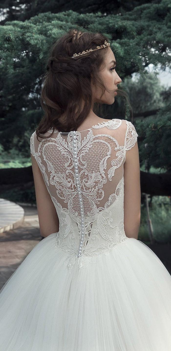 preciosos vestidos de novia en estilo princesa, vestido novia encaje, largo vestido con falda voluminosa y espalda ornamentada