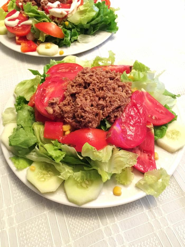 las mejores ideas de ensaladas para el verano, lechuga con pepinos, tomates y ensalada tuna, menus de dietas originales