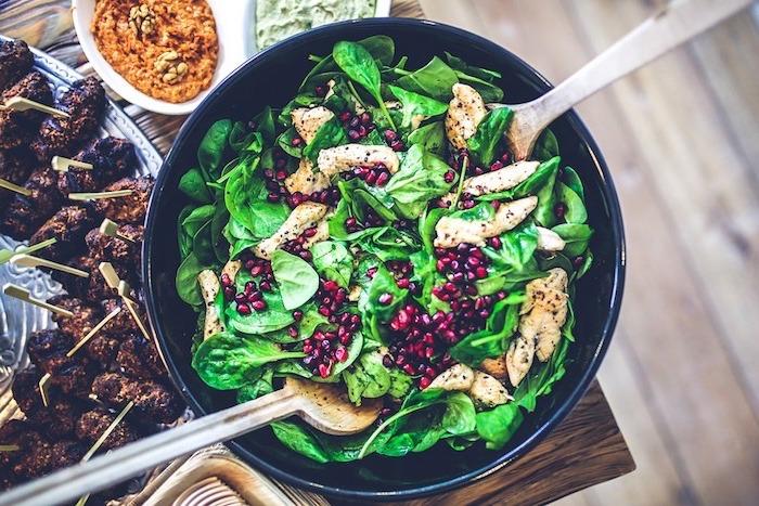 ensaladas nutritivas y frescas para el verano, ensalada con espinacas, granada y pollo, alimentos para adelgazar en fotos
