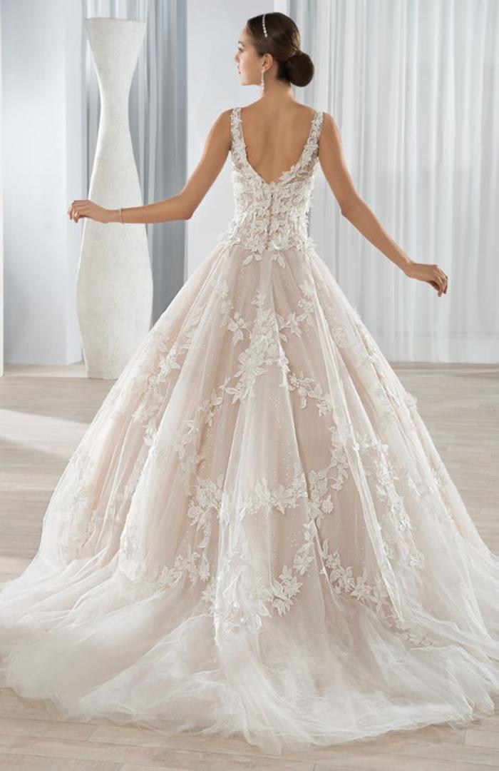 adorables ideas de vestido novia princesa, falda color rosado con bordados motivos florales, precioso diseño de vestido novia
