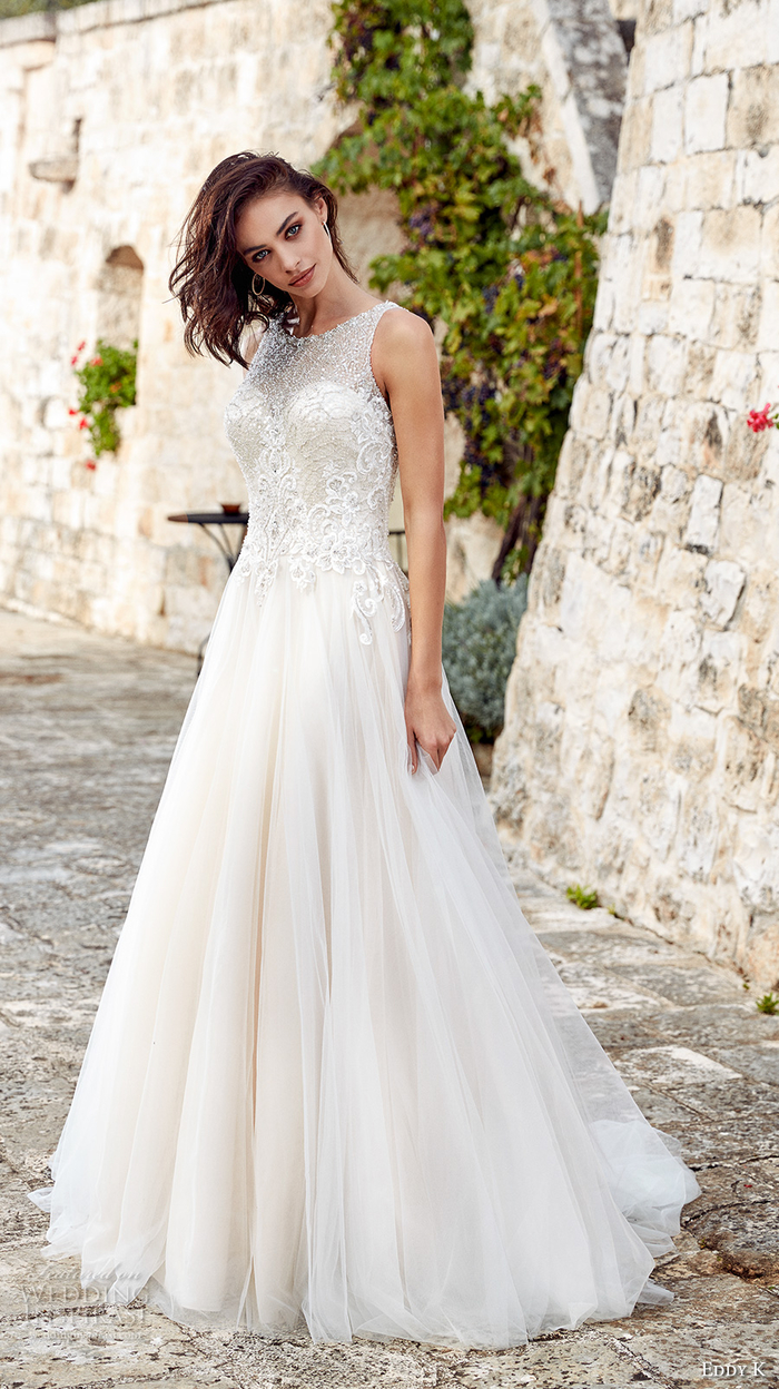 vestidos de novia con faldas tipo princesa de tul, bonitos vestidos novia en estilo romántico, diseños de vestidos de boda