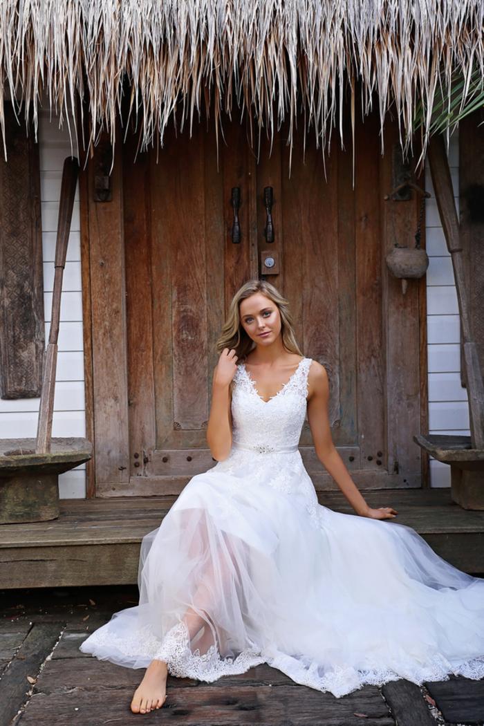 vestido elegante y romántico con falda de tul, preciosos diseños de vestido novia encaje, mujer con pelo suelto, vestido estilo boho chic