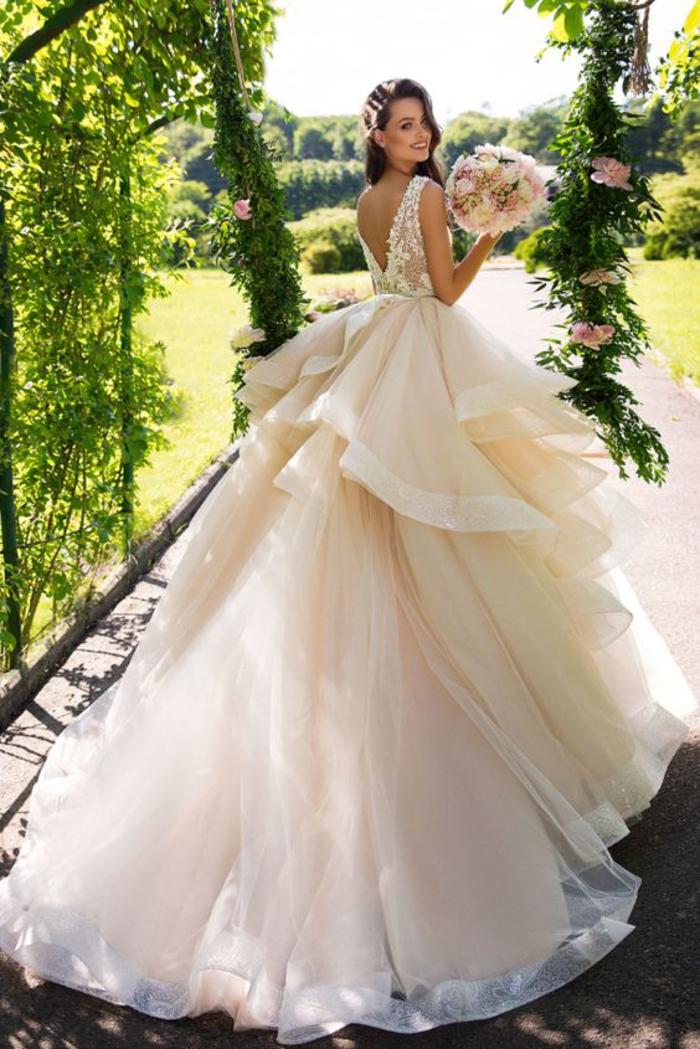 alucinantes ideas de vestidos de tul y encaje, vestido novia encaje con larga falda, colores y diseños de vestidos de boda