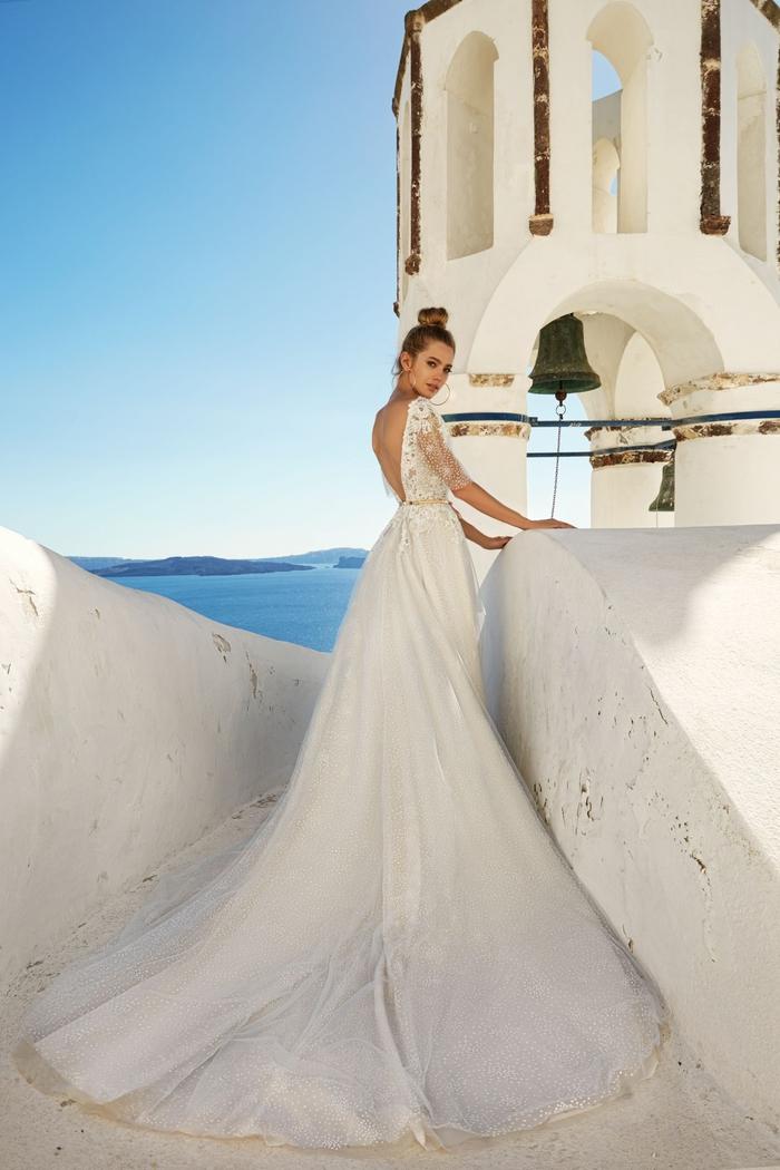 preciosos vestidos de novia en estilo princesa, parte superior de encaje y falda muy larga, vestido novia encaje originales ideas