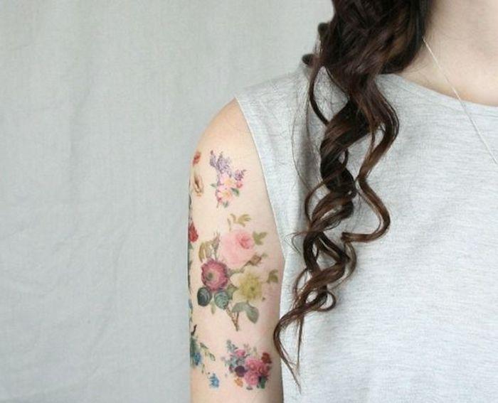 los mejores diseños de tatuajes con flores, tatuaje brazo mujer con preciosas flores en colores, diseños de tattoos bonitos