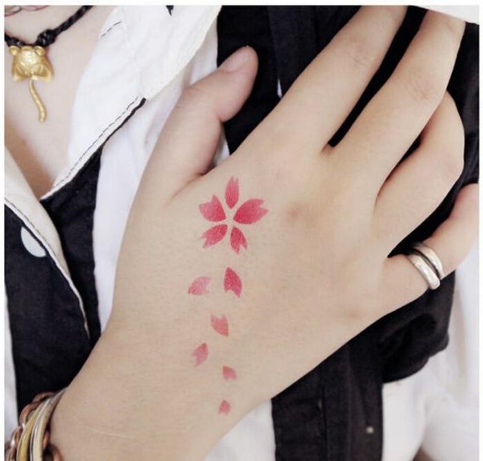 ejemplos de tatuajes minimalistas con motivos florales inspirados en la cultura japonesa, tatuajes de flores para mujeres