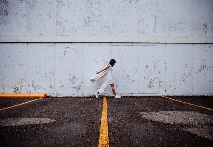 fotos en el estilo de tumblr, fondos de patalla movil originales, mujer vestida en vestido blanco, pared blanca