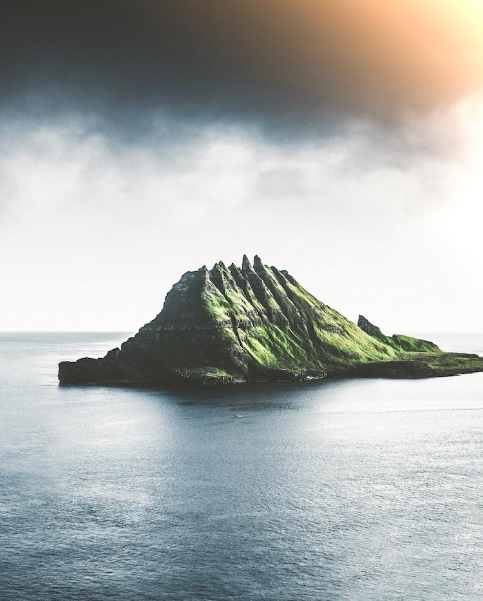 precioso paisaje montañoso con mar y cielo, las mejores imagines para tu teléfono movil, fotos para descargar gratis