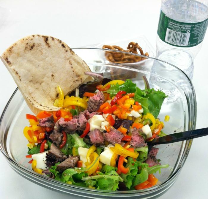 carne de ternera con vegetales, verduras y pan árabe, ideas de recetas para adelgazar, ensaladas con carne fáciles y rápidas