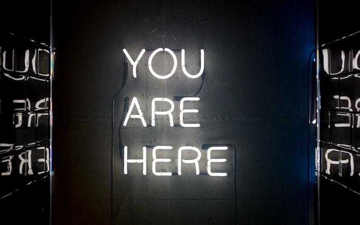 lámparas led con letras y fondo negro, fondos de patalla movil con letras, como escoger un fondo de pantalla original