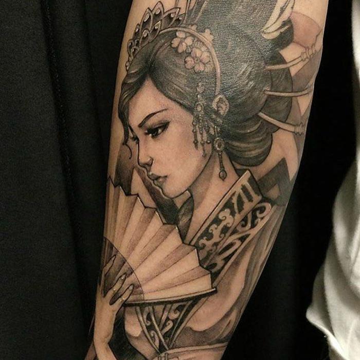 tatuaje antebrazo dibujo de geisha, tatuajes old school japoneses, diseños de tatuajes unicos en imagines, ideas bonitas de tatuajes