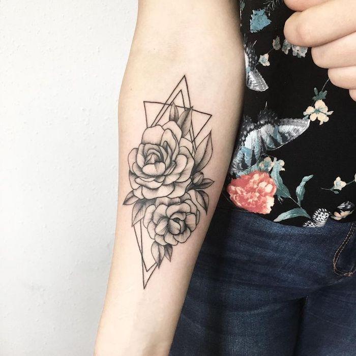 hermoso tatuaje geométrico con flores, tatuajes geométricos con motivos florales, bonitos diseños de tattoos, trángulos y rosas tattoo