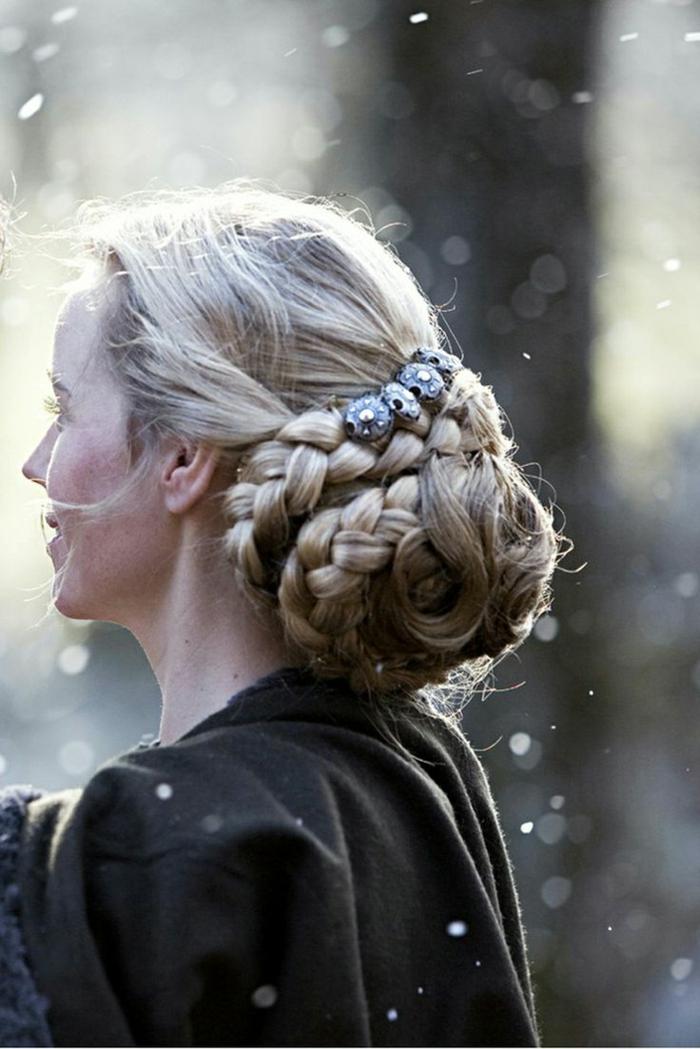 ideas de como hacer peinados medievales, grande bollo granzado con acceosrios bonitos en estilo vintage, peinados bonitos fotos