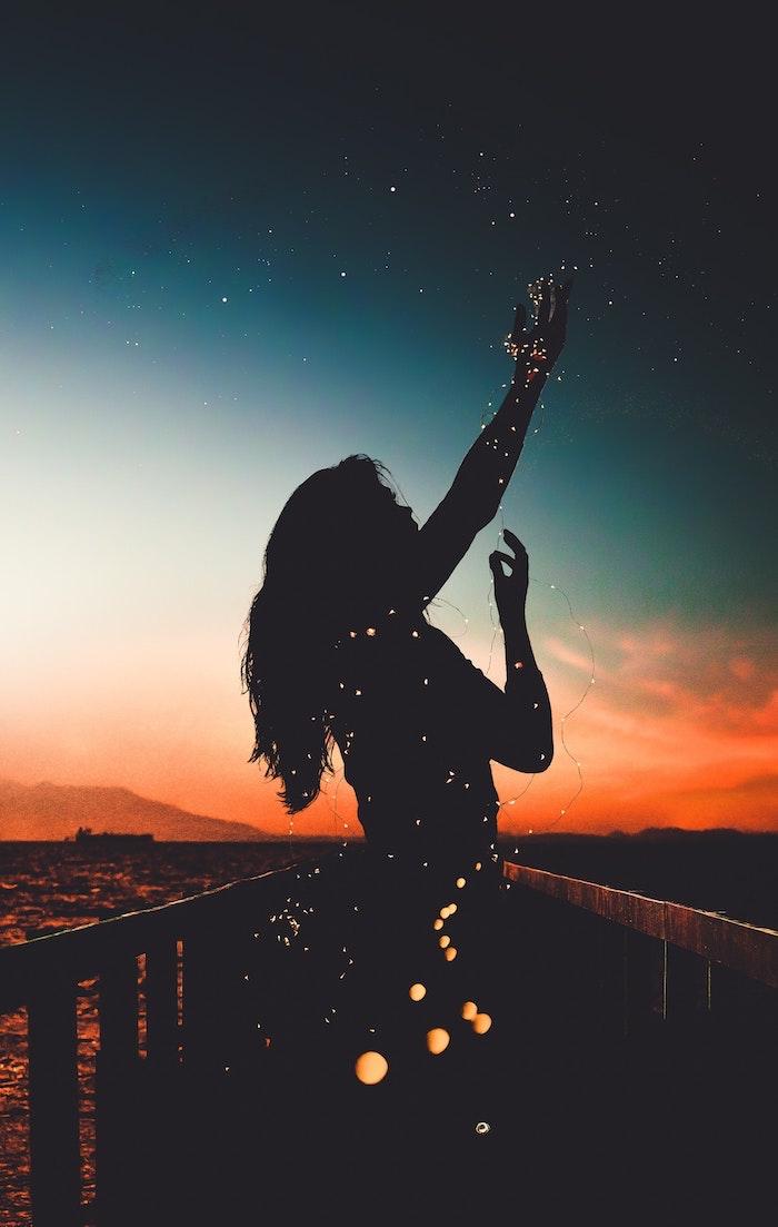 mujer con lámparas led y bonito paisaje, fondos de pantalla movil, las mejores imagines para tu teléfono movil y portatil