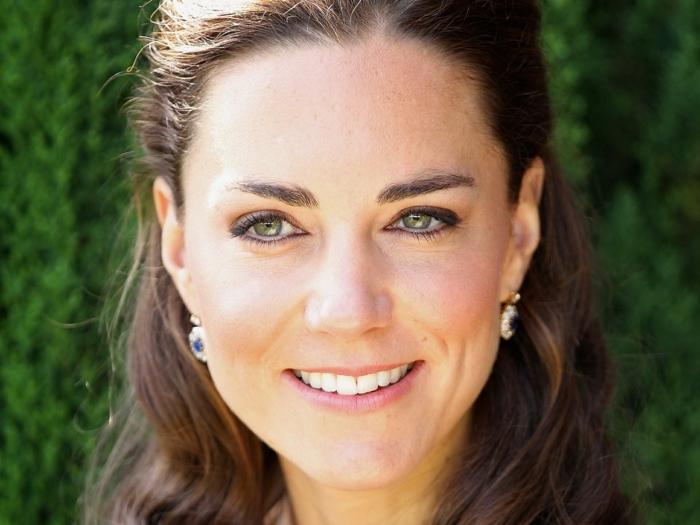 Kate Middleton con pelo recogido en un elegante peinado pelo rizado, como hacer peinados medievales originales ideas
