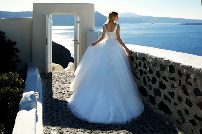 vestidos corte sirena novia, adorable vestido con larga y voluminosa falda de tul, vestidos corte sirena novia y corte princesa