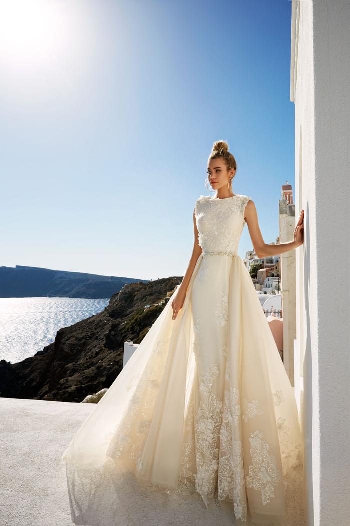 los mejores diseños de vestidos de novia, vestido sin mangas en color blanco y marfil, vestidos corte sirena novia