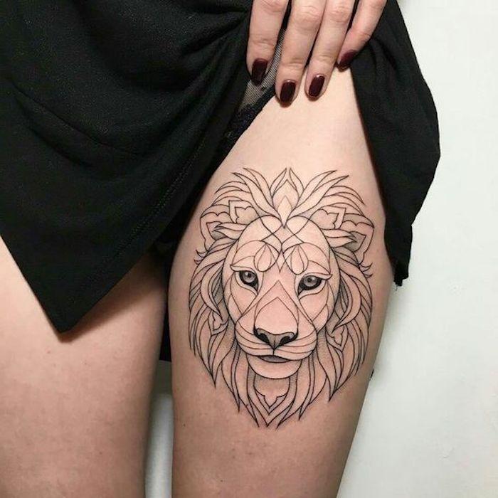 preciosos diseños de tatuajes con animales, tatuaje león en la cadera, diseños de tattoos simbólicos geométricos
