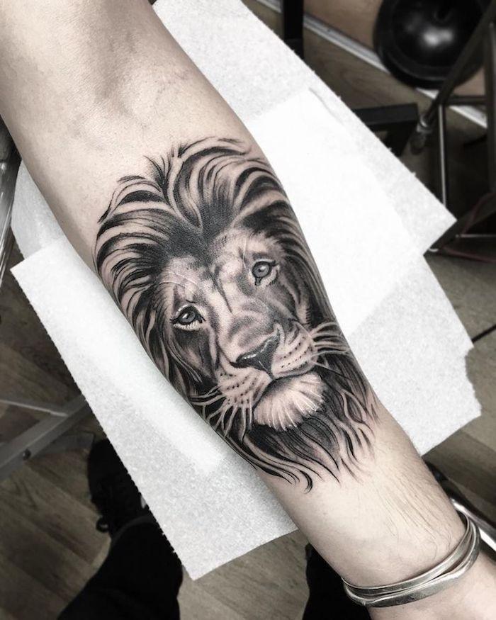 originales diseños de tatuaje en el antebrazo, tatuajes león en el antebrazo en estilo realista, ideas de tatuajes de animales