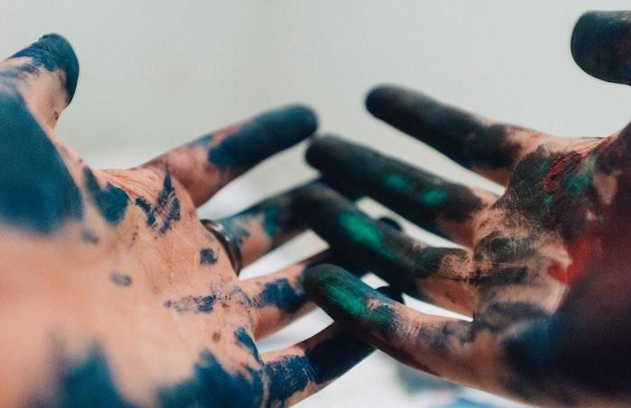 manos con manchas de pintura en colores ocsuros, fotografías artísticas, imagines para fondo de pantalla bonitas