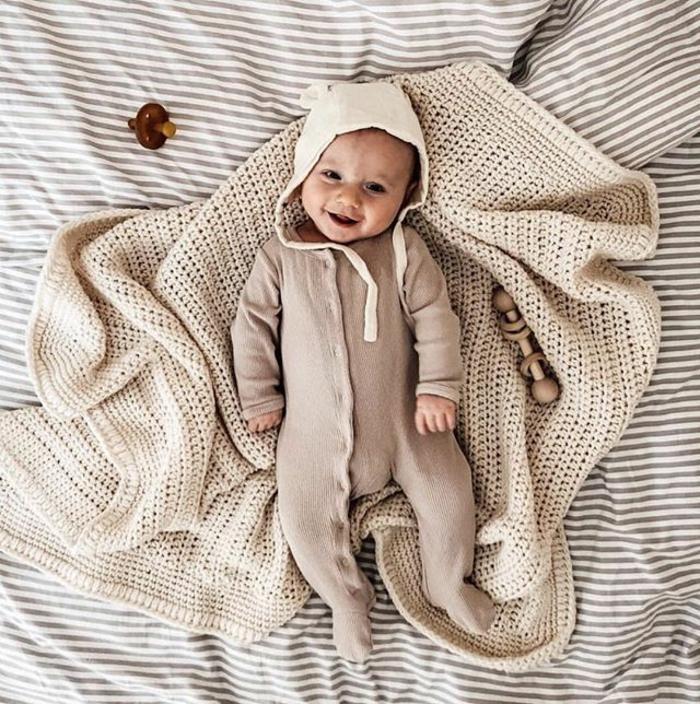 manualidades para regalar a un bebé, regalos originales para recien nacidos, manta a ganchillo hecha a mano, regalos unicos
