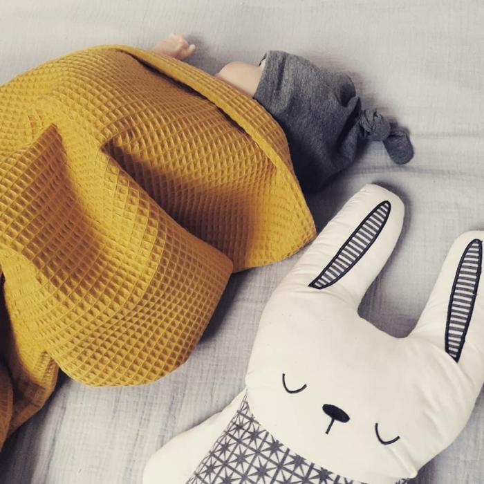 preciosa manta en color ocre para regalar a un bebé, prendas, peluches y mantas para regalar, regalos originales para recien nacidos