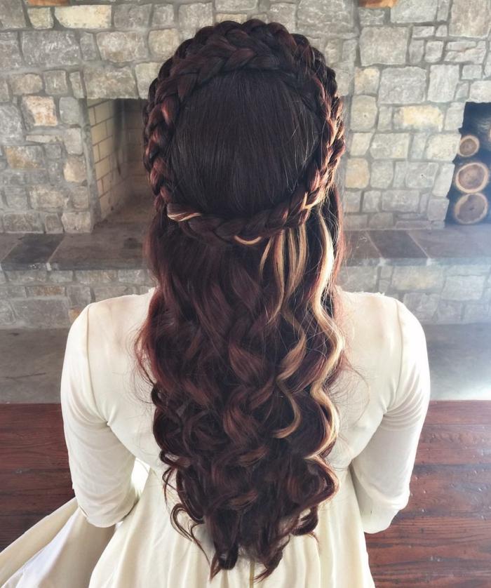 preciosos ejemplos de semirecogidos medievales para melena larga, como hacer peinados medievales para bodas