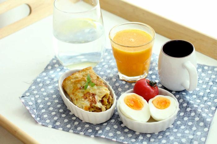 dieta para perder peso paso a paso, ideas para un desayuno nutritivo y saludable, huevos cocidos, tomates, tortilla de patatas