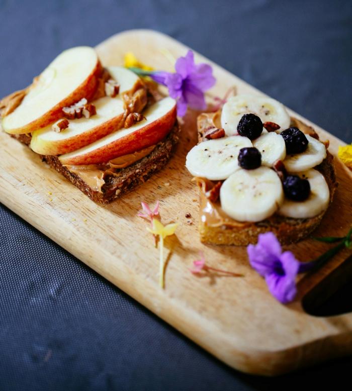 en qué consiste una alimentacion saludable, tostadas con mantequilla de maní y manzanas, ideas sobre qué comer para adelgazar