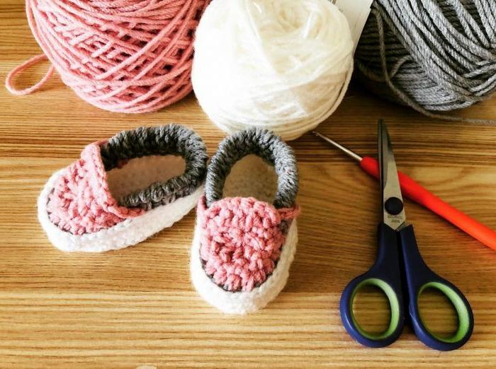 ideas de regalos para bebes recien nacidos, bonitos detalles hechos a mano para regalar, mini zapatos a ganchillo