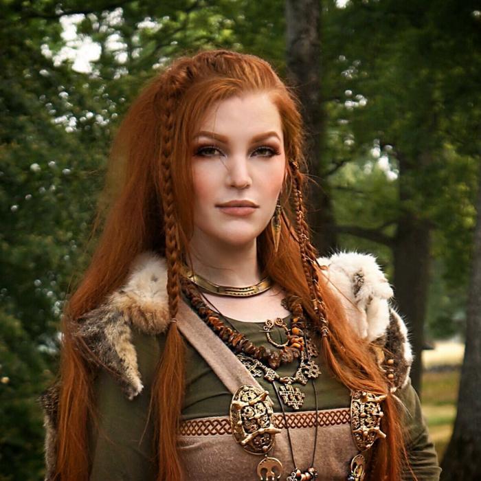 ejemplos de peinados medievales pelo suelto en bonitas fotos, cabello largo suelto con bonita trenza lateral, peinados mujer cabello largo