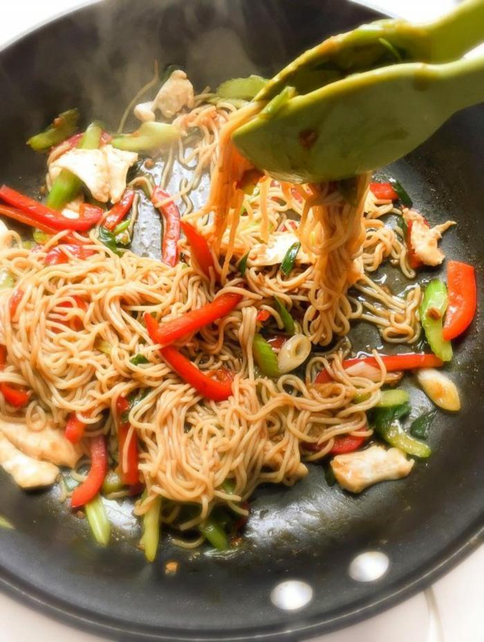 espaguetis con verduras, ideas de recetas asiáticas saludable, recetas con pollo ricas y sansas, originales ideas de platos con pollo