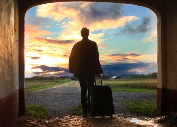 cuales son las mejores fotografías para tu fondo de pantalla, imagen bonita para los amantes de los viajes, hombre con maleta