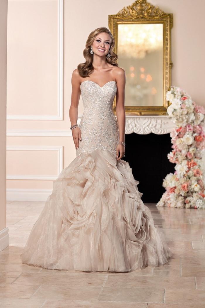 vestido color marfil con falda super original, vestidos corte sirena novia con escote barco, diseños de vestidos de novia