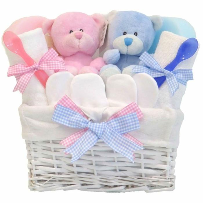 cestas con regalos para gemelos, regalos para bebes recien nacidos bonitos, canastilla de regalos, peluches en rosado y azul
