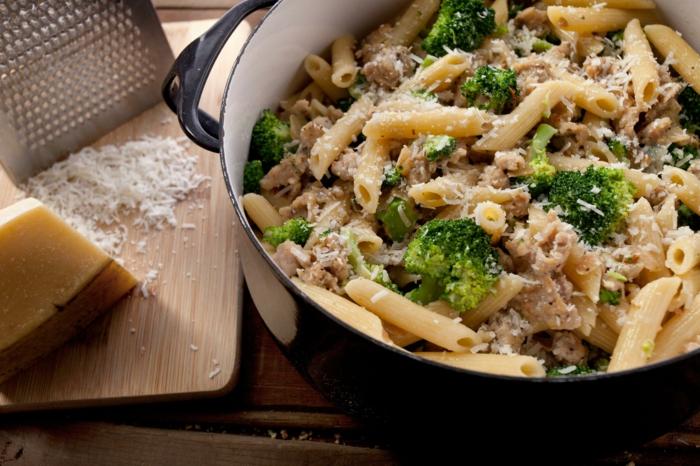 ideas de platos para una alimentacion saludable, pasta casera con quesos rallados y brócoli, qué comer para perder peso