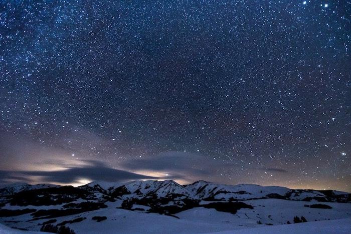paisaje-de-noche-nieve-cielo-estrellado-originales-ideas-de-fondos-de-pantalla-para-descargar-gratis-montaña-nieve