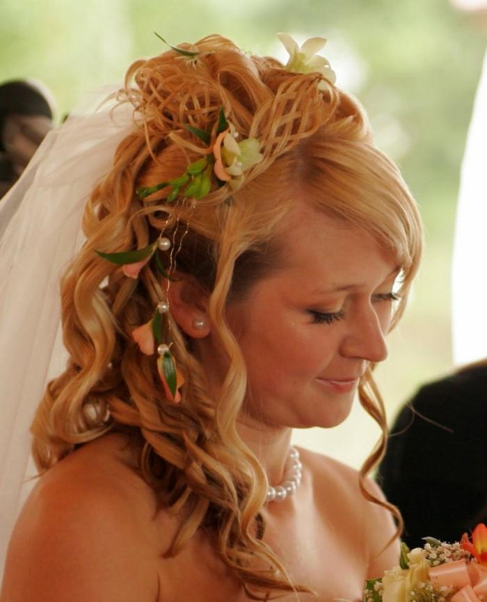 cuáles son las mejores ideas de peinados de novia en estilo vintage, cabello rubio largo con rizos y accesorios en el pelo