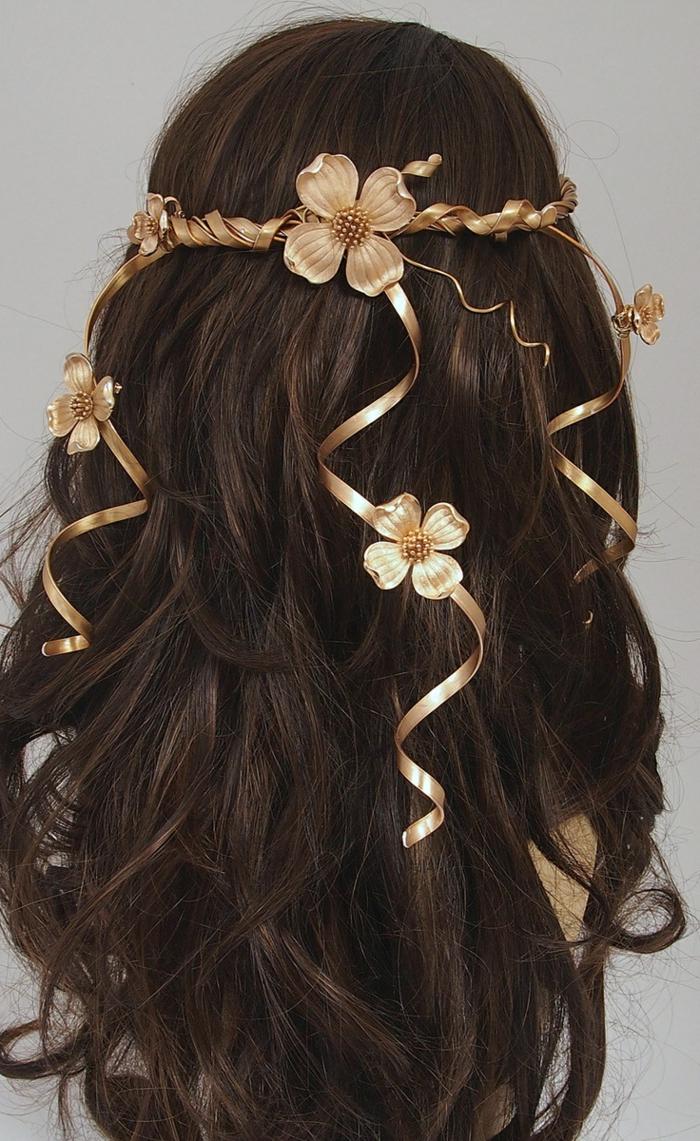 peinados de novia pelo suelto, larga melena color castaño oscuro con bonitos adornos en forma de flores en dorado