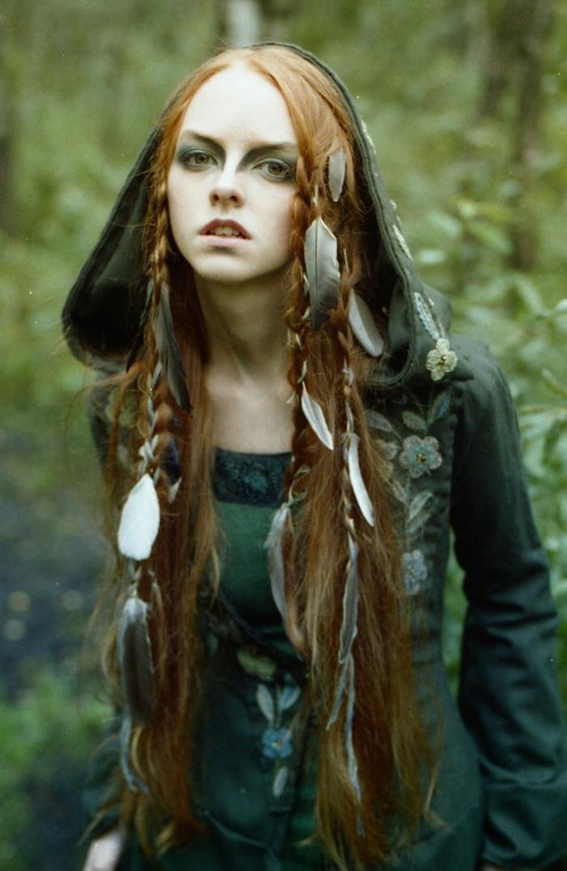 las mejores imagines de mujeres con peinados medievales, cabellera larga suelta con trenzas y accesorios plumas