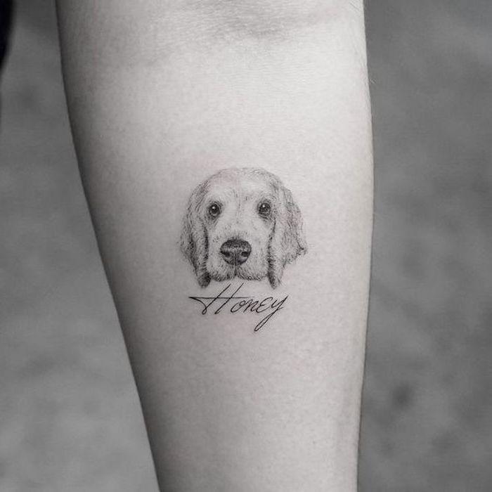 pequeños detalles tatuados en el antebrazo, diseños de tatuajes minimalistas, tatuajes con un fuerte valor simbólico