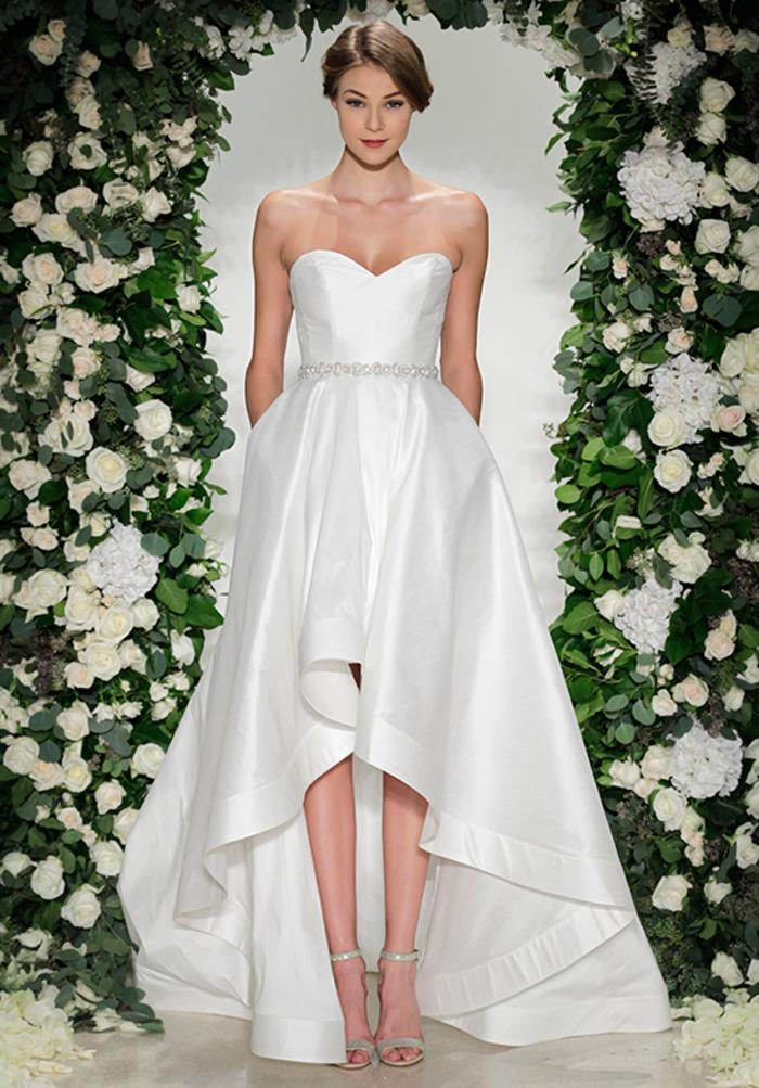 diseños de vestidos novia bonitos, precioso vestido con falda asimétrica y parte superior sin mangas, vestido de satén blanco