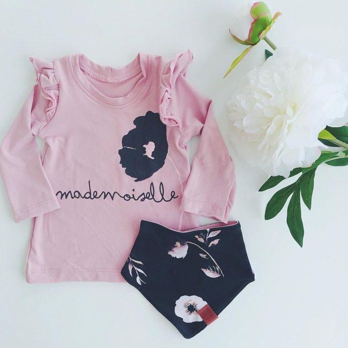 preciosa blusa con estampado de rosa, sugerencias sobre que regalar a un recien nacido, detalles bonitos para regalar