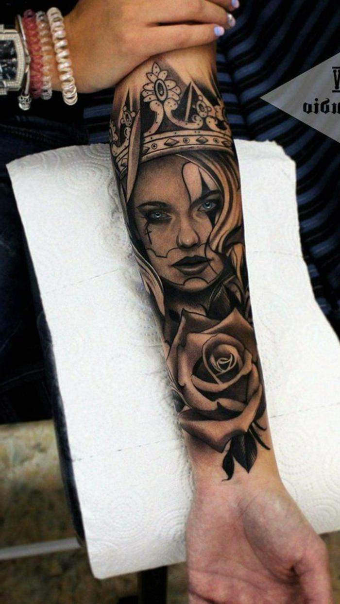 antebrazo entero tatuado, los mejores diseños de tatuajes inspirados en la cultura del Antiguo Egipto, ojo de horus tatuaje