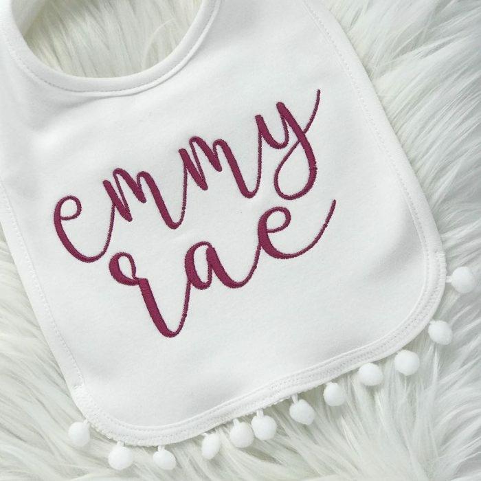 babero bonito con letras, que regalar a un recien nacido, ideas de regalos bonitos de bajo presupuesto en 80 fotos