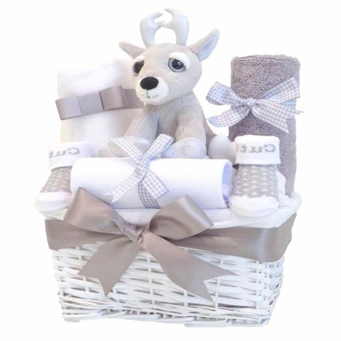 simpática cesta con pequeños regalos en beige y blanco, peluche ciervo, toallas, calcetines, regalos para bebes recien nacidos