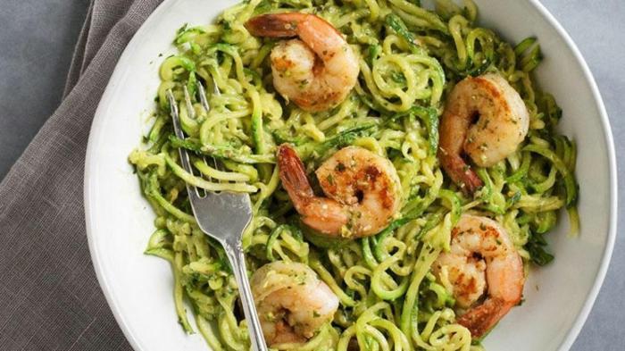 pasta casera con pesto y gambas, platos saludables y menus de dietas, ideas de recetas con mariscos para comer en verano