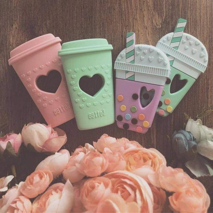 ideas de regalos para madres primerizas, accesorios teléfono en colores pastel, ideas de regalos de madres y bebés