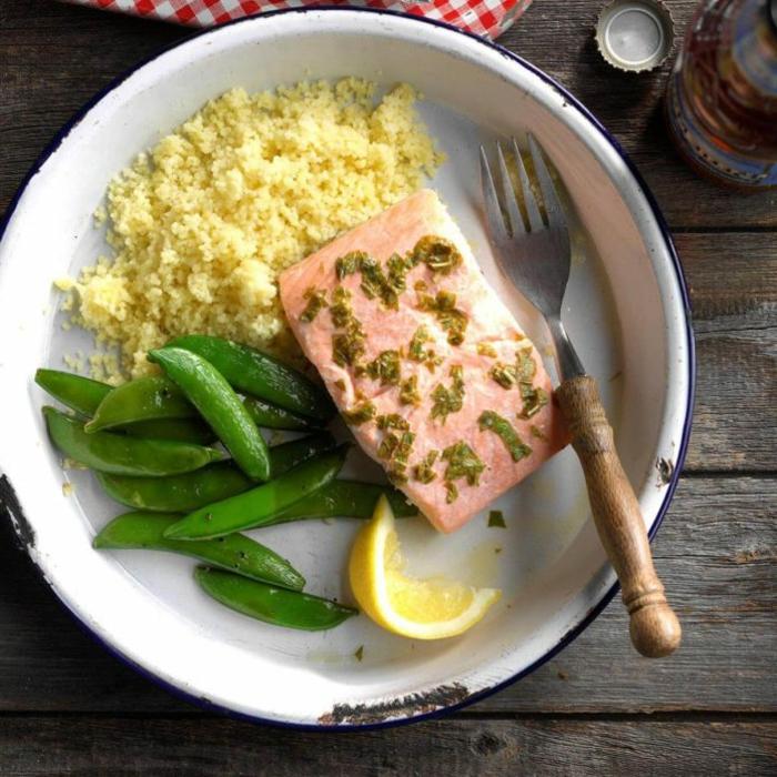como preparar un menu equilibrado para tu almuerzo, salmón al horno con quinoa blanca y judías verdes, ideas de comidas bajas en calorias